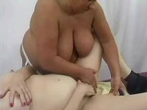 Fat mature deep dildofucks chubby girl on sofa