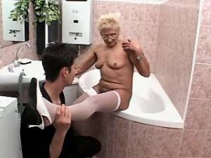 Old lady sucks cock of amateur stud in bathroom